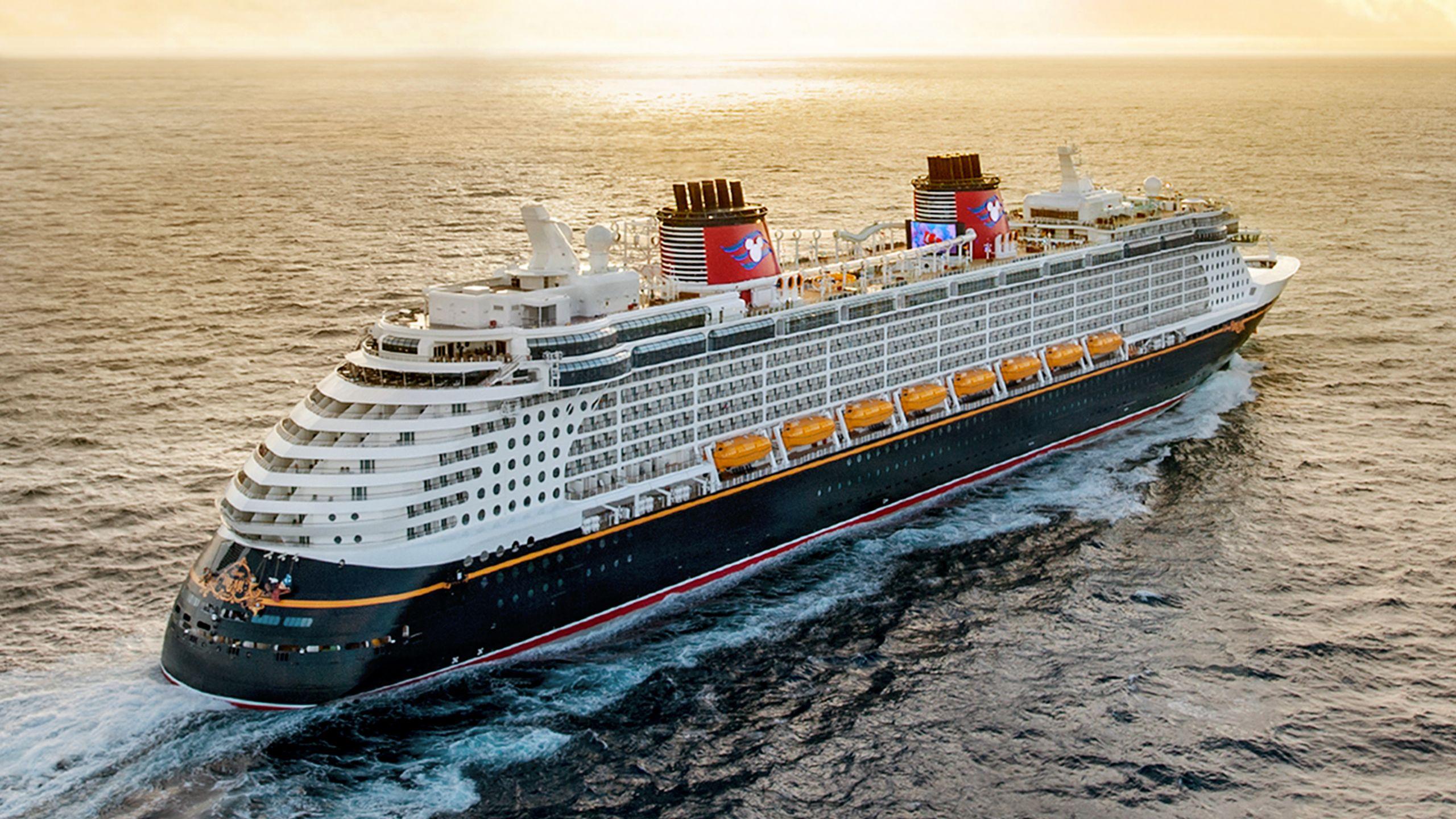 El crucero de Disney Wonder en mar abierto al atardecer